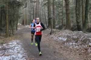 Beim Cross in Aurich über 10 km: David Valentin führt vor Jan Knudsen
